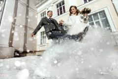 Молодожены в снегу